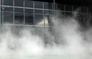 Nord. Lille. Nuage de mer, installation de brume sur la fontaine de la Gare Lille Europe par l'artiste japonais Fujiko Nakaya. Dans le cadre de l'evenement Fantastic organise par Lille 3000. 