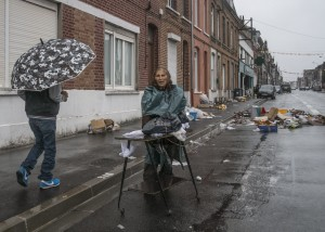 La pluie gachant la braderie des Berlouffes, a Wattrelos, dans la banlieue de Lille - The rain spoiling the Berlouffes clearance sale, in Wattrelos, in the suburb of Lille - Pour usage documentaire exclusivement - Only for documentary use